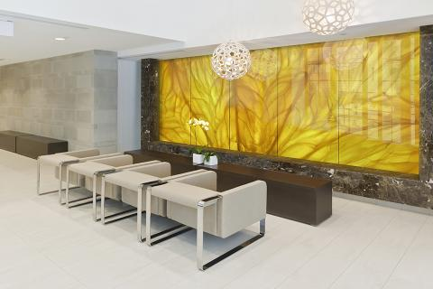 Feature wall in ViviSpectra Zoom glass with Citrus interlayer